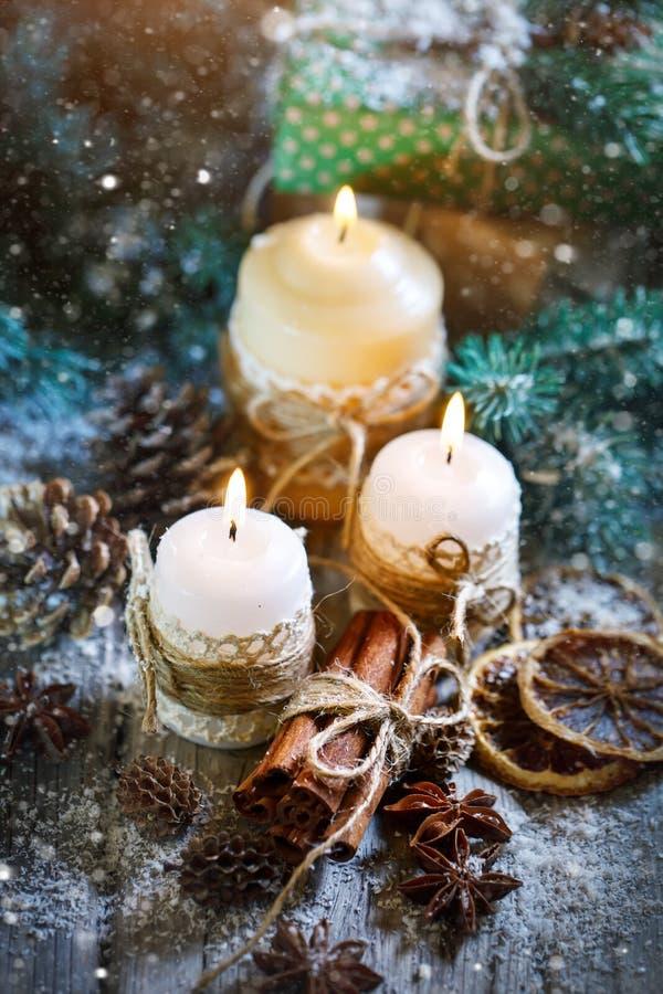 Feliz Navidad y Feliz Año Nuevo Juguetes de la vela y de la Navidad en una tabla de madera Bokeh Foco selectivo imagenes de archivo