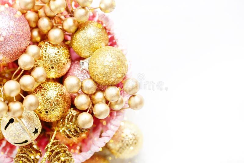 Feliz Navidad y Feliz Año Nuevo Juguetes de oro de la Navidad en un fondo ligero Foco selectivo Visión superior Navidad imagenes de archivo