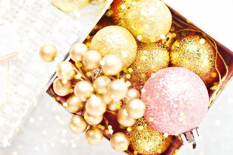 Feliz Navidad y Feliz Año Nuevo Juguetes de oro de la Navidad en un fondo ligero Foco selectivo Visión superior Navidad imágenes de archivo libres de regalías