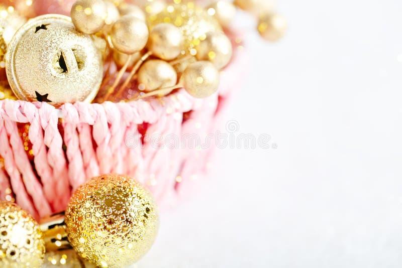 Feliz Navidad y Feliz Año Nuevo Juguetes de oro de la Navidad en un fondo ligero Foco selectivo Visión superior imagen de archivo
