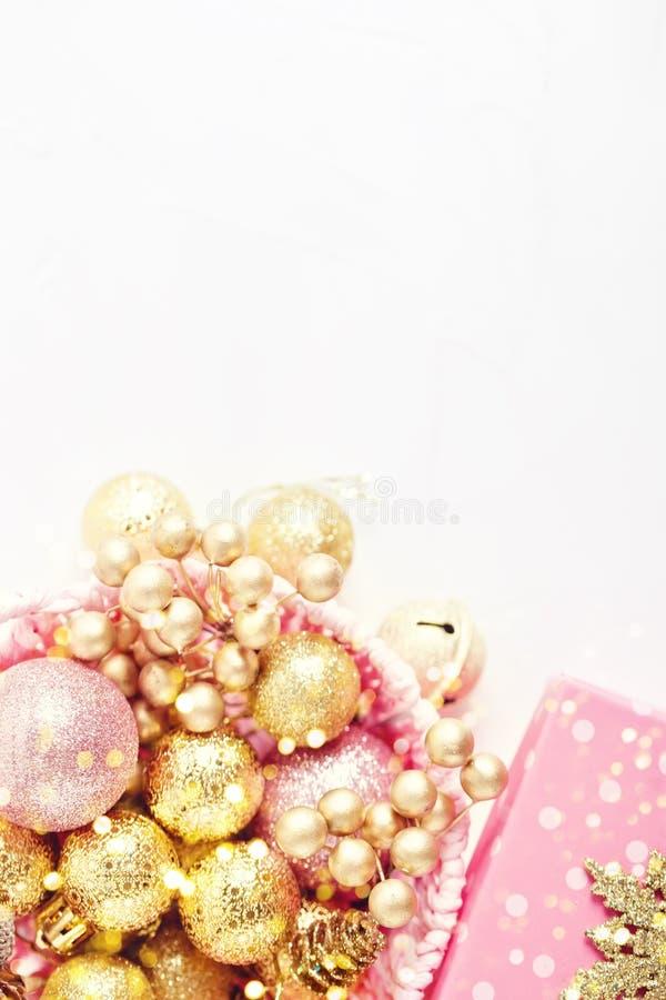 Feliz Navidad y Feliz Año Nuevo Juguetes de oro de la Navidad en un fondo ligero Foco selectivo Visión superior Navidad fotografía de archivo libre de regalías