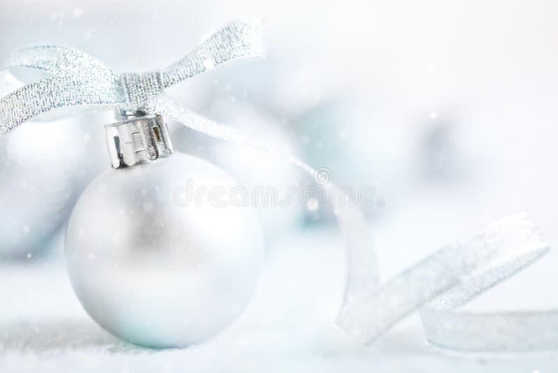 Feliz Navidad y Feliz Año Nuevo Juguetes de plata de la Navidad en un fondo ligero Foco selectivo La Navidad fotos de archivo libres de regalías