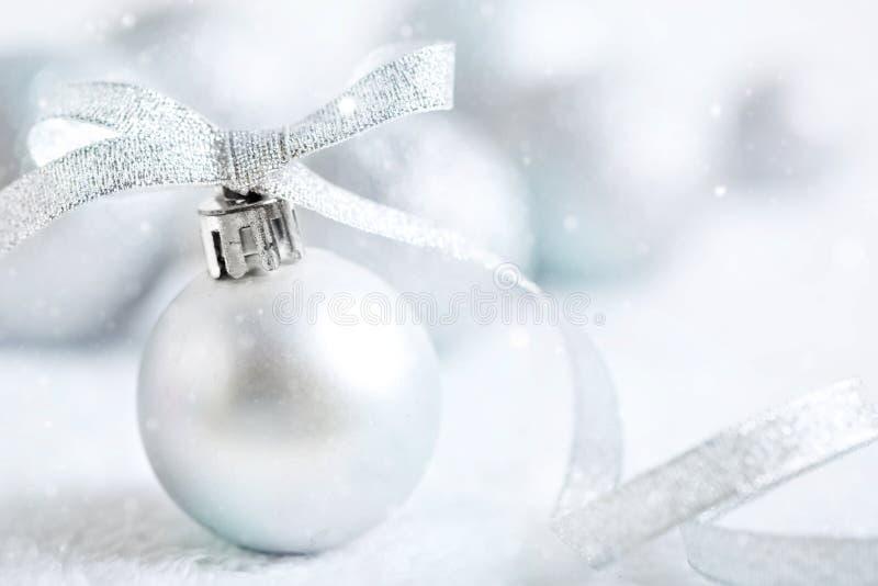 Feliz Navidad y Feliz Año Nuevo Juguetes de plata de la Navidad en un fondo ligero Foco selectivo La Navidad foto de archivo