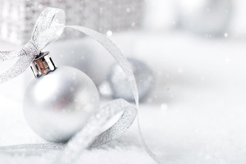 Feliz Navidad y Feliz Año Nuevo Juguetes de plata de la Navidad en un fondo ligero Foco selectivo La Navidad fotos de archivo