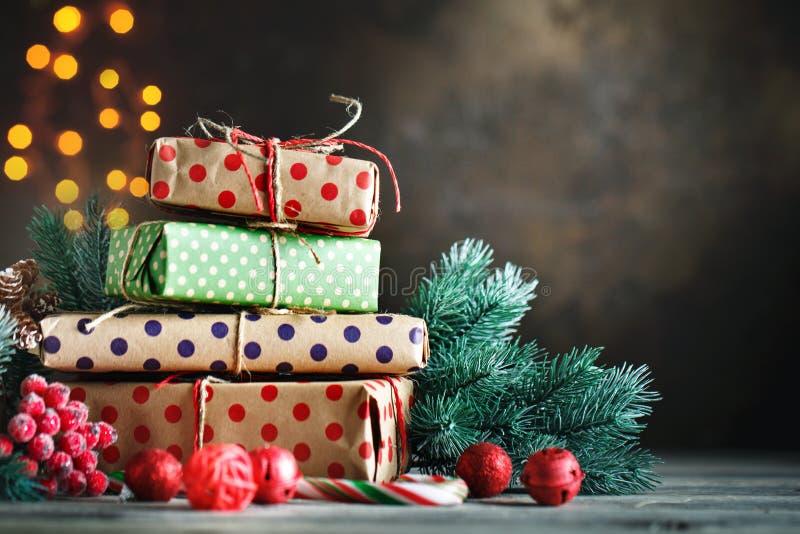 Feliz Navidad y Feliz Año Nuevo Juguetes del árbol de navidad, regalos del árbol de navidad y de la Navidad en fondo de madera os fotos de archivo