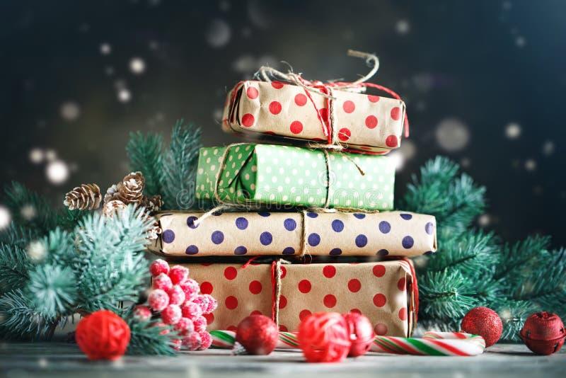 Feliz Navidad y Feliz Año Nuevo Juguetes del árbol de navidad, regalos del árbol de navidad y de la Navidad en fondo de madera os imagen de archivo