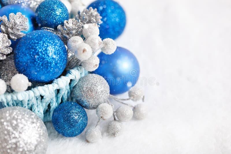 Feliz Navidad y Feliz Año Nuevo La Navidad azul y de plata juega en un fondo ligero Foco selectivo fotografía de archivo libre de regalías