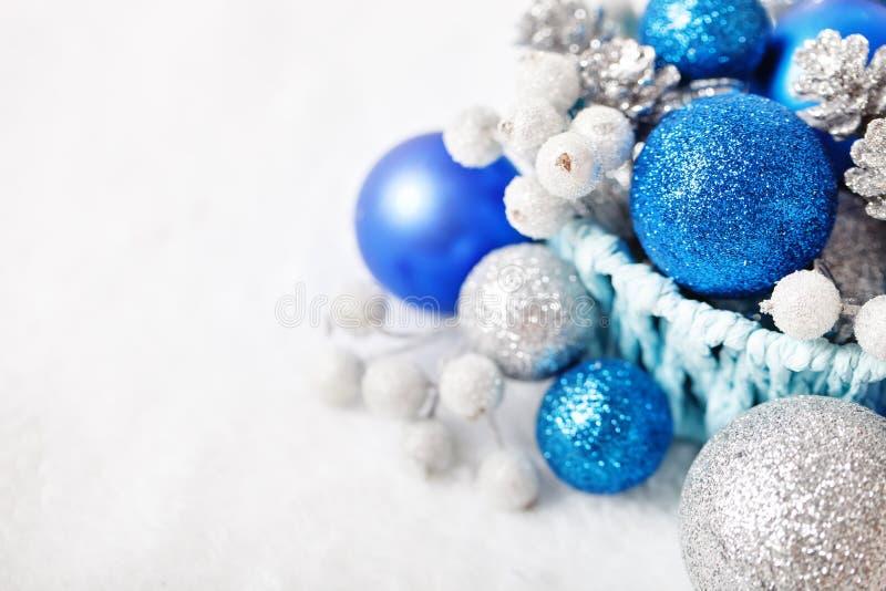 Feliz Navidad y Feliz Año Nuevo La Navidad azul y de plata juega en un fondo ligero Foco selectivo Visión superior fotografía de archivo