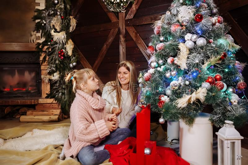 Feliz Navidad y Feliz Año Nuevo La mamá y la hija adornan el árbol de navidad dentro Cierre de amor de la familia para arriba fotografía de archivo libre de regalías