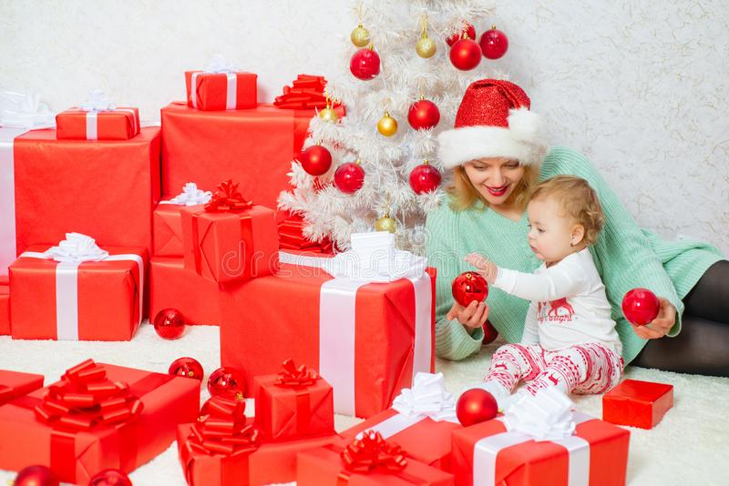 Feliz Navidad y Feliz Año Nuevo La mamá y la hija adornan el árbol de navidad Familia de amor de la Navidad celebración fotos de archivo libres de regalías