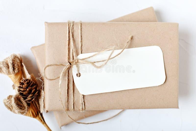 Feliz Navidad y Feliz Año Nuevo Maqueta con la postal y las ramas de un árbol de navidad en el fondo blanco imagen de archivo libre de regalías