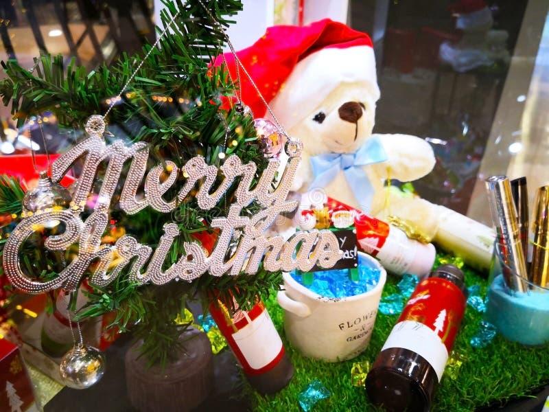 Feliz Navidad y Feliz Año Nuevo Muñeca y muchas del oso de peluche juguete fotografía de archivo libre de regalías
