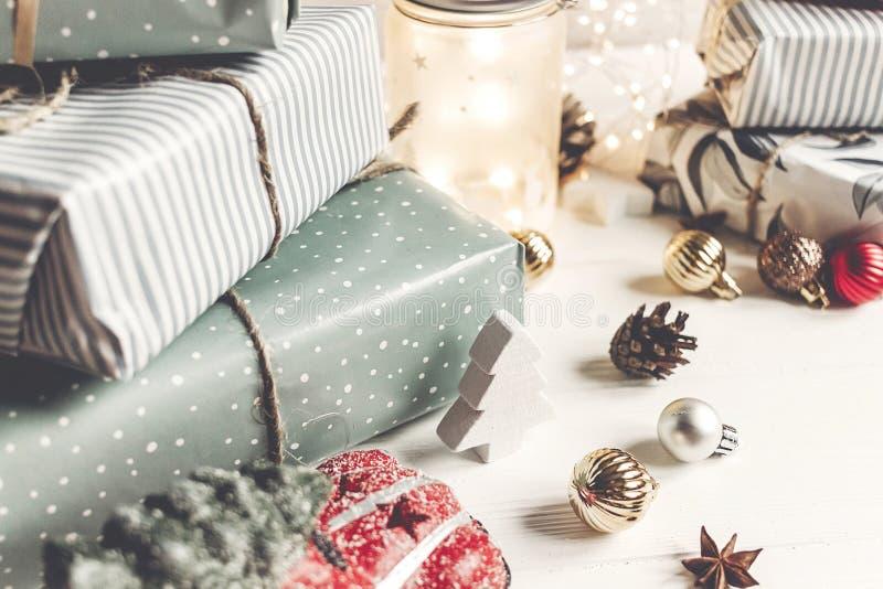Feliz Navidad y Feliz Año Nuevo presentes modernos, ornamentos, imágenes de archivo libres de regalías