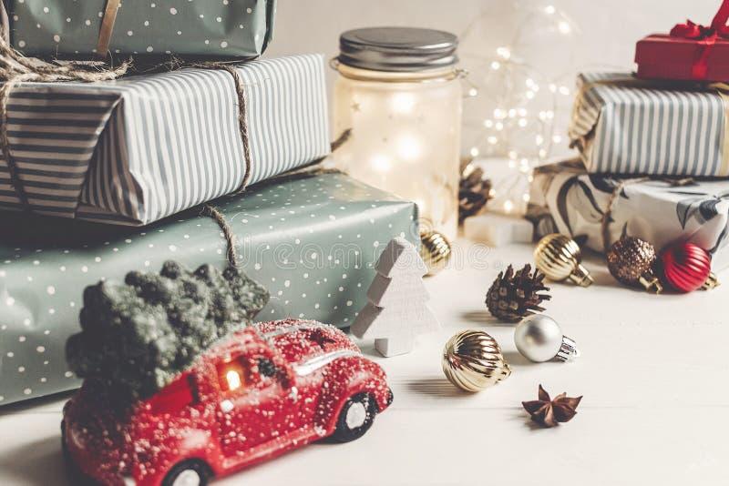 Feliz Navidad y Feliz Año Nuevo presentes modernos, ornamentos, fotografía de archivo libre de regalías