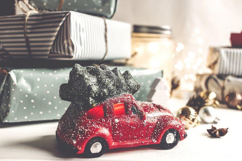 Feliz Navidad y Feliz Año Nuevo presentes modernos, ornamentos, imagen de archivo libre de regalías