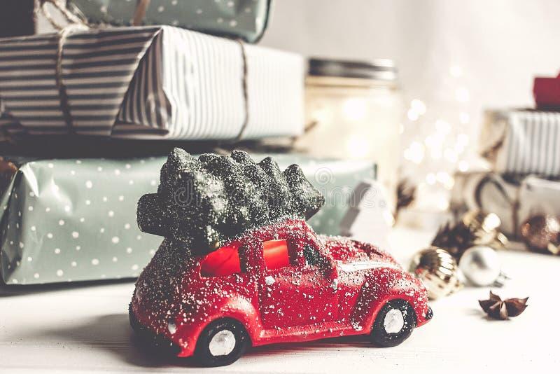 Feliz Navidad y Feliz Año Nuevo presentes modernos, ornamentos, fotografía de archivo