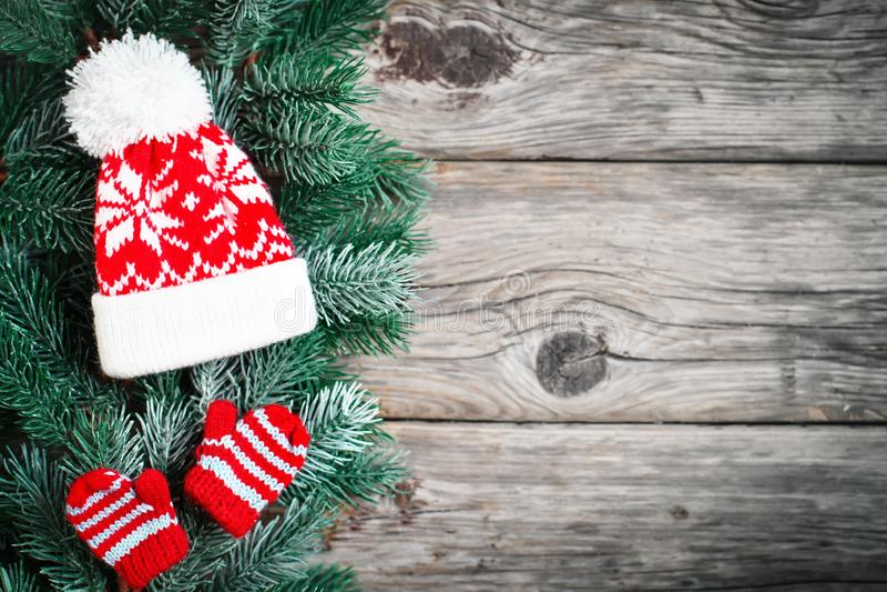 Feliz Navidad y Feliz Año Nuevo Ramas de la picea y juguetes de la Navidad en un fondo de madera fondo con la copia imágenes de archivo libres de regalías