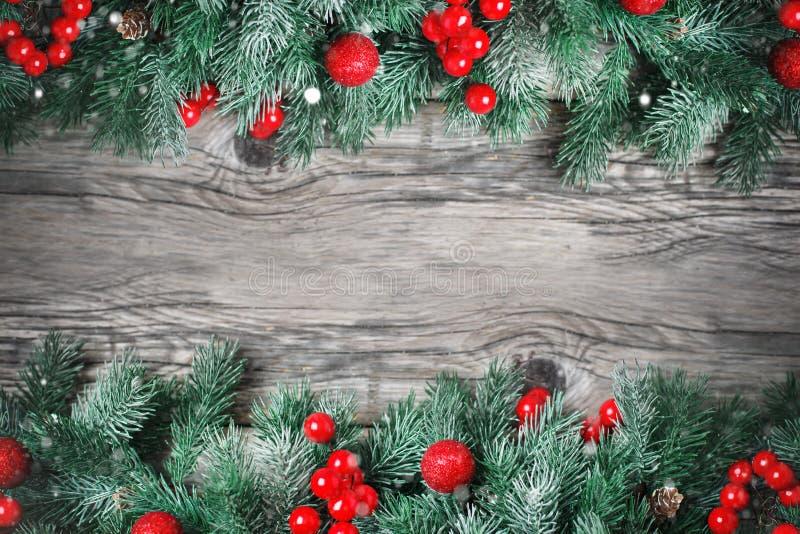 Feliz Navidad y Feliz Año Nuevo Ramas de la picea y juguetes de la Navidad en un fondo de madera fondo con la copia foto de archivo