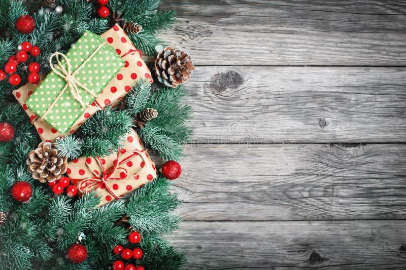 Feliz Navidad y Feliz Año Nuevo Ramas de la picea y juguetes de la Navidad en un fondo de madera fondo con la copia fotografía de archivo libre de regalías