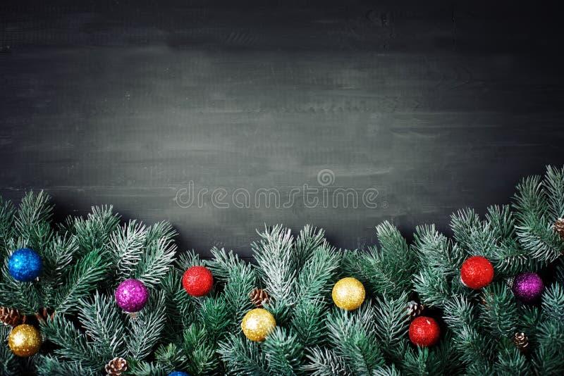 Feliz Navidad y Feliz Año Nuevo Ramas de la picea y juguetes de la Navidad en un fondo de madera fondo con la copia fotos de archivo