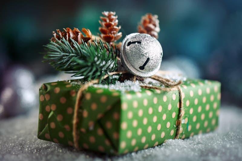 Feliz Navidad y Feliz Año Nuevo Regalo y árbol de navidad de la Navidad en fondo de madera oscuro fotografía de archivo libre de regalías