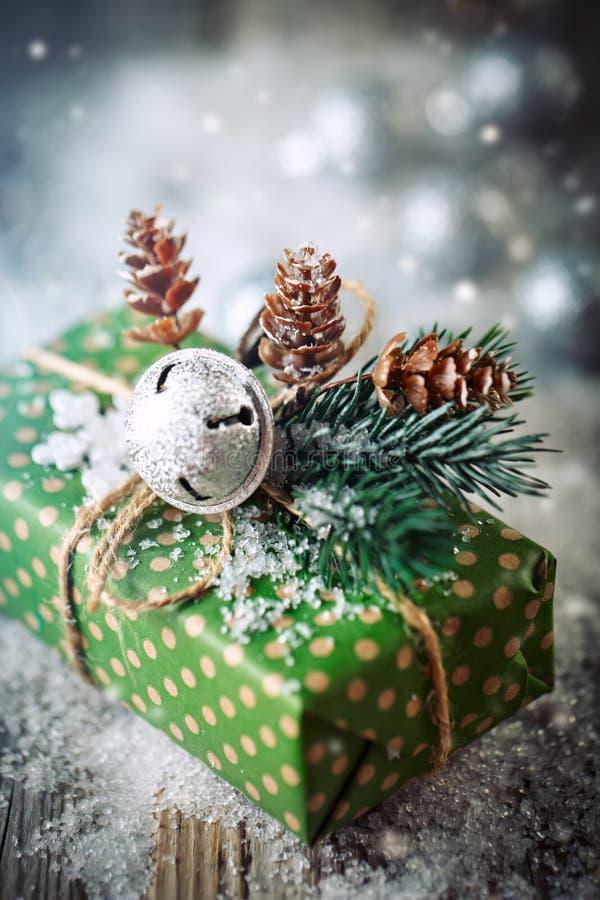 Feliz Navidad y Feliz Año Nuevo Regalo y árbol de navidad de la Navidad en fondo de madera oscuro imágenes de archivo libres de regalías