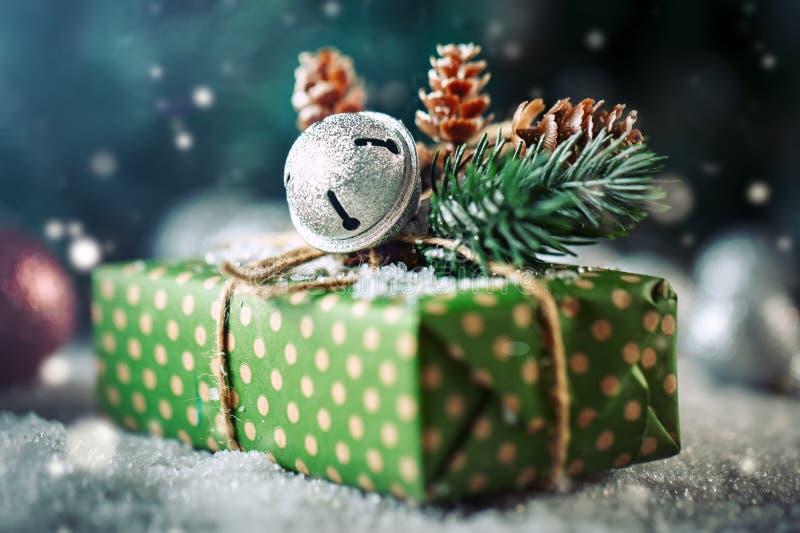 Feliz Navidad y Feliz Año Nuevo Regalo y árbol de navidad de la Navidad en fondo de madera oscuro fotos de archivo