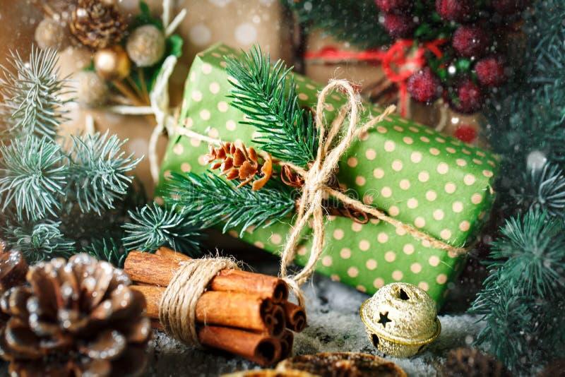 Feliz Navidad y Feliz Año Nuevo Regalo y árbol de navidad de la Navidad en fondo de madera oscuro Foco selectivo fotos de archivo