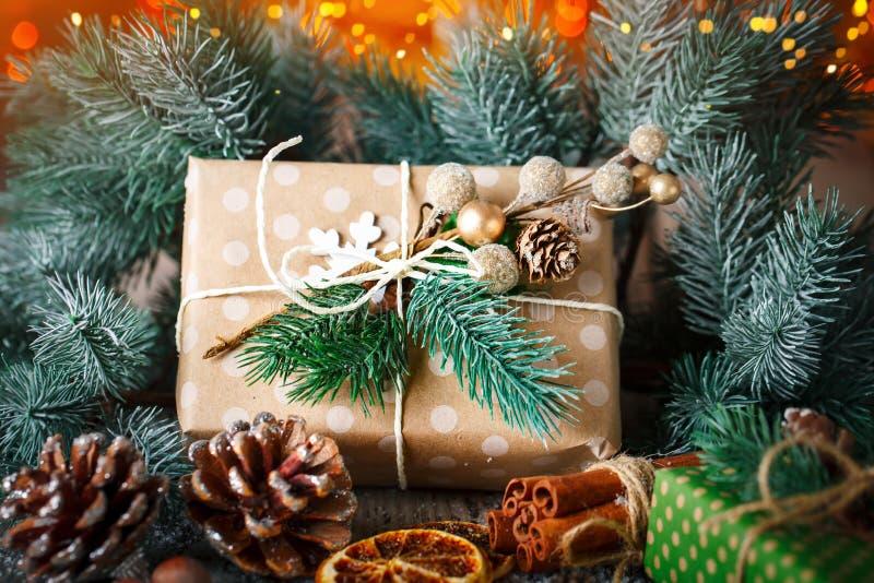 Feliz Navidad y Feliz Año Nuevo Regalo y árbol de navidad de la Navidad en fondo de madera oscuro Foco selectivo fotografía de archivo libre de regalías