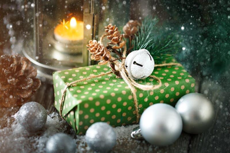 Feliz Navidad y Feliz Año Nuevo Regalo y árbol de navidad de la Navidad en fondo de madera oscuro Foco selectivo imágenes de archivo libres de regalías