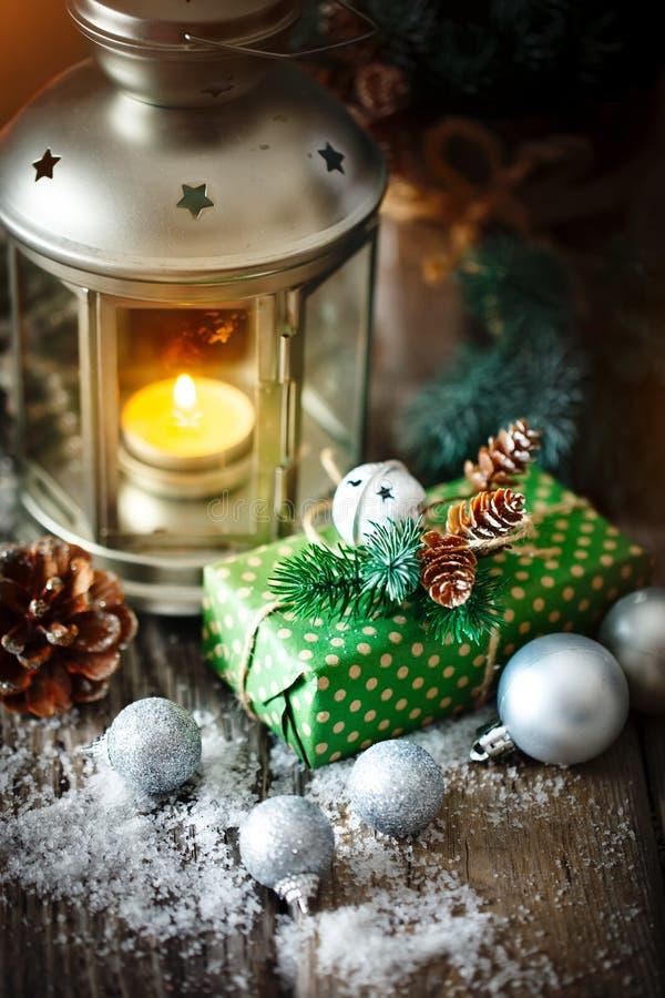 Feliz Navidad y Feliz Año Nuevo Regalo y árbol de navidad de la Navidad en fondo de madera oscuro Foco selectivo imagen de archivo