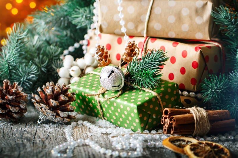 Feliz Navidad y Feliz Año Nuevo Regalo y árbol de navidad de la Navidad en fondo de madera oscuro Foco selectivo foto de archivo libre de regalías