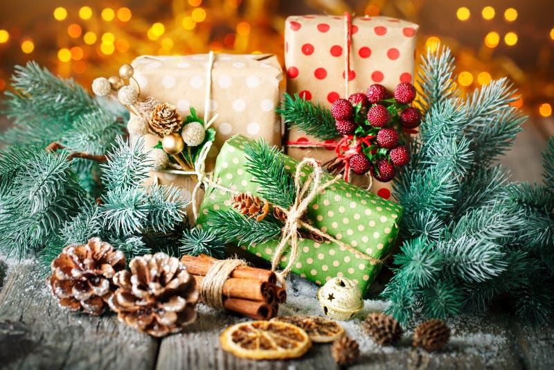 Feliz Navidad y Feliz Año Nuevo Regalo y árbol de navidad de la Navidad en fondo de madera oscuro Foco selectivo imagen de archivo libre de regalías