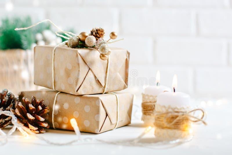 Feliz Navidad y Feliz Año Nuevo Regalos de la Navidad en fondo ligero Foco selectivo La Navidad fotografía de archivo libre de regalías