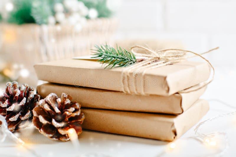 Feliz Navidad y Feliz Año Nuevo Regalos de la Navidad en fondo ligero Foco selectivo La Navidad foto de archivo