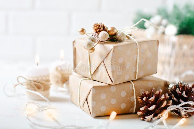 Feliz Navidad y Feliz Año Nuevo Regalos de la Navidad en fondo ligero Foco selectivo La Navidad imagen de archivo