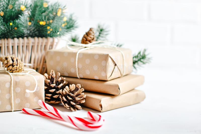 Feliz Navidad y Feliz Año Nuevo Regalos de la Navidad en fondo ligero Foco selectivo La Navidad imágenes de archivo libres de regalías