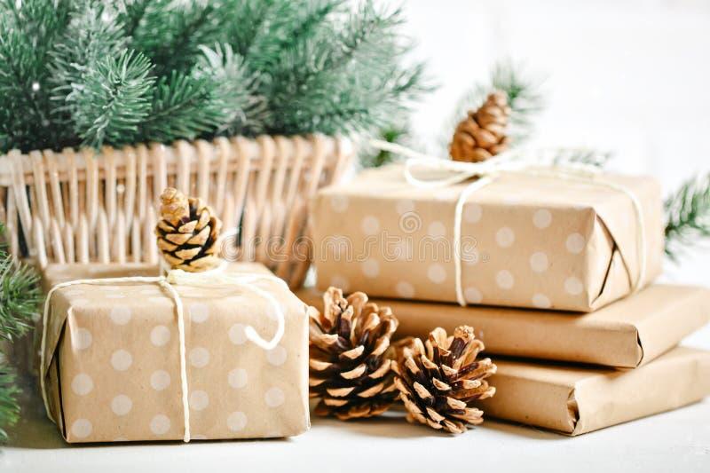 Feliz Navidad y Feliz Año Nuevo Regalos de la Navidad en fondo ligero Foco selectivo La Navidad foto de archivo libre de regalías