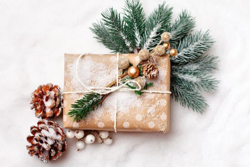 Feliz Navidad y Feliz Año Nuevo Regalos de la Navidad en fondo ligero Foco selectivo Visión superior La Navidad fotos de archivo