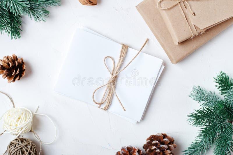 Feliz Navidad y Feliz Año Nuevo Regalos de la Navidad en fondo ligero Foco selectivo Visión superior La Navidad fotografía de archivo libre de regalías