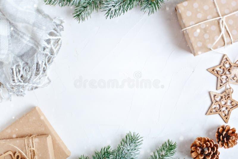 Feliz Navidad y Feliz Año Nuevo Regalos de la Navidad en fondo ligero Foco selectivo Visión superior La Navidad foto de archivo libre de regalías