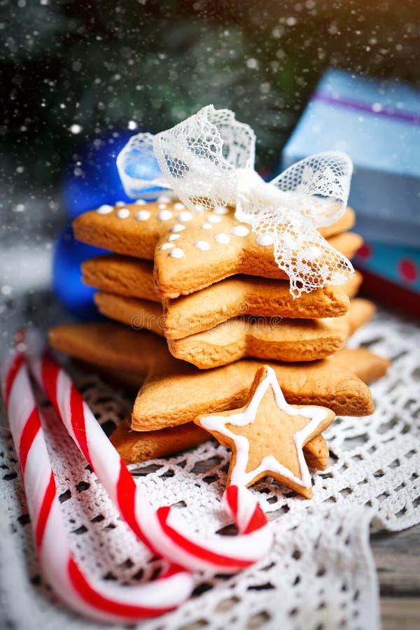 Feliz Navidad y Feliz Año Nuevo Regalos de las galletas y ramas de árbol de abeto en una tabla de madera Foco selectivo Navidad fotografía de archivo