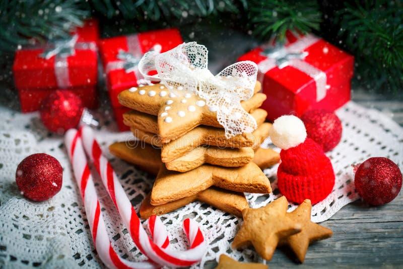 Feliz Navidad y Feliz Año Nuevo Regalos de las galletas y ramas de árbol de abeto en una tabla de madera Foco selectivo Navidad imagenes de archivo