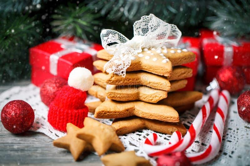 Feliz Navidad y Feliz Año Nuevo Regalos de las galletas y ramas de árbol de abeto en una tabla de madera Foco selectivo Navidad imagen de archivo