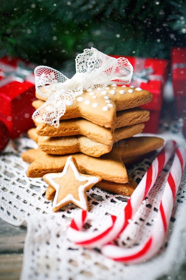 Feliz Navidad y Feliz Año Nuevo Regalos de las galletas y ramas de árbol de abeto en una tabla de madera Foco selectivo Navidad imágenes de archivo libres de regalías