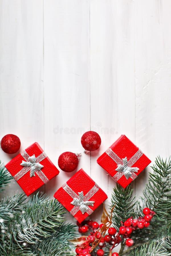 Feliz Navidad y Feliz Año Nuevo Regalos y ramas del abeto en una tabla de madera blanca Foco selectivo Navidad imagenes de archivo