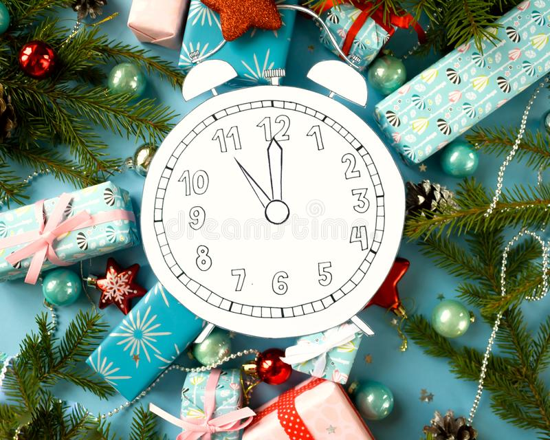 Feliz Navidad y Feliz Año Nuevo Registre, cortado del papel, rodeado por las ramas del abeto y los regalos fotos de archivo