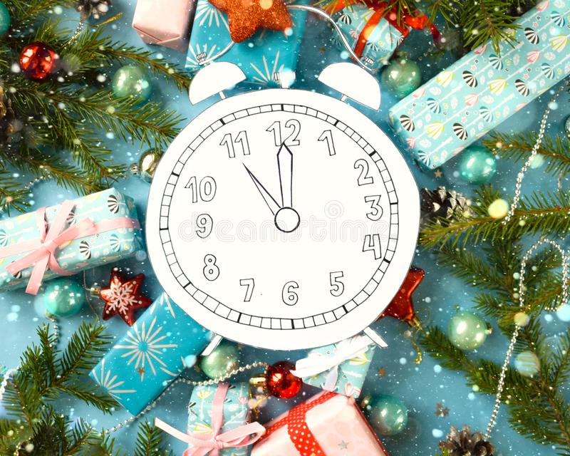 Feliz Navidad y Feliz Año Nuevo Registre, cortado del papel, rodeado por las ramas del abeto y los regalos imagenes de archivo