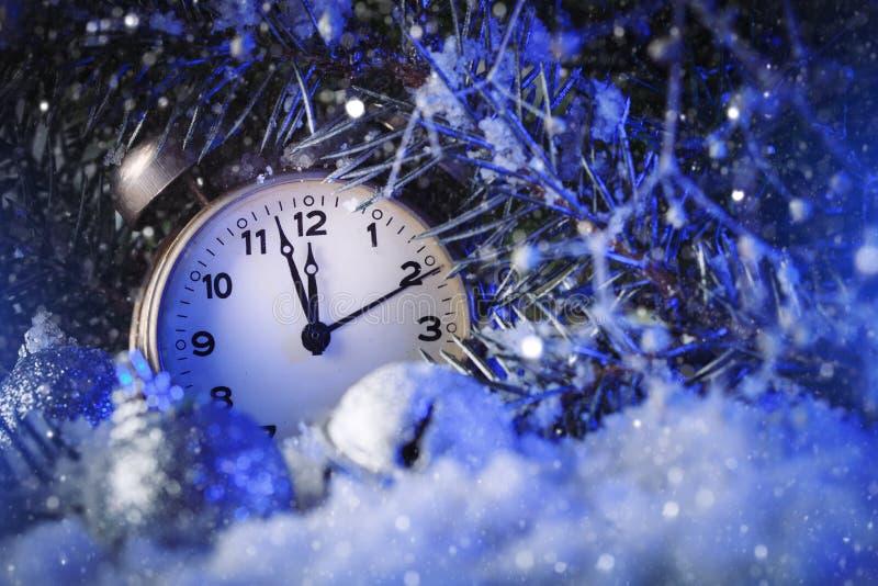 Feliz Navidad y Feliz Año Nuevo Reloj que indica el año saliente horizontal La Navidad foto de archivo libre de regalías