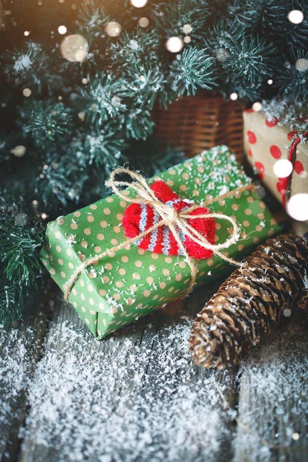 Feliz Navidad y Feliz Año Nuevo Tabla de madera adornada con los regalos de la Navidad Fondo con el espacio de la copia imagen de archivo